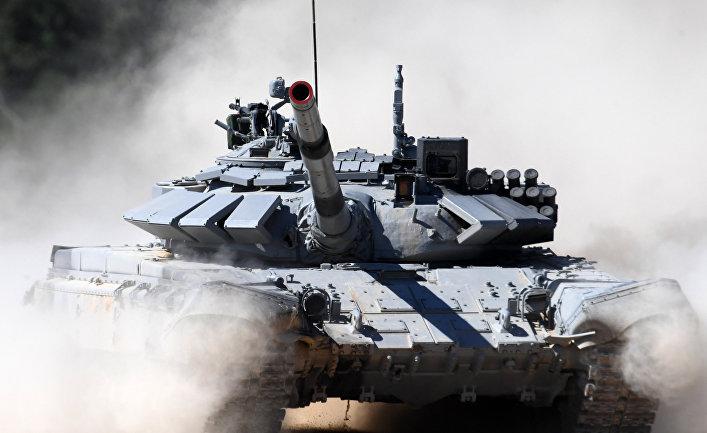 Экипаж команды армии Сербии участвует в индивидуальной гонке соревнований по танковому биатлону Армейских международных Игр-2017 на подмосковном полигоне Алабино