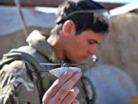 Английский солдат запускает нано-дрон Black Hornet