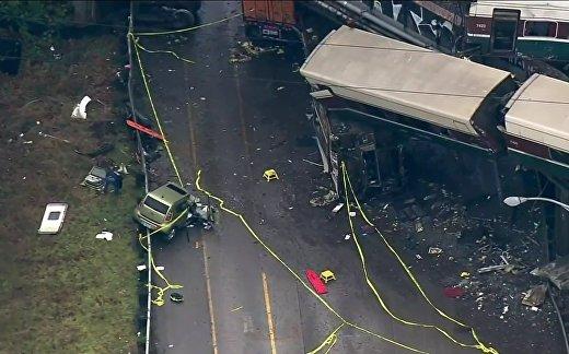 В США поезд рухнул на шоссе