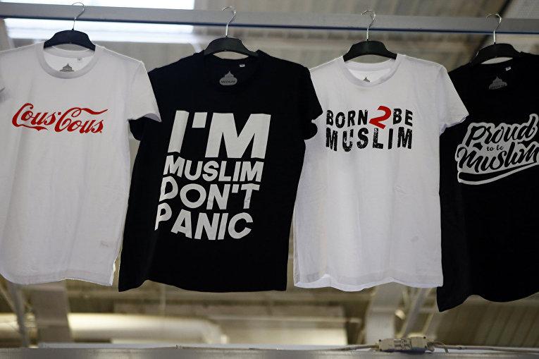 Продажа футболок на ежегодной мусульманской выставке в Ле-Бурже