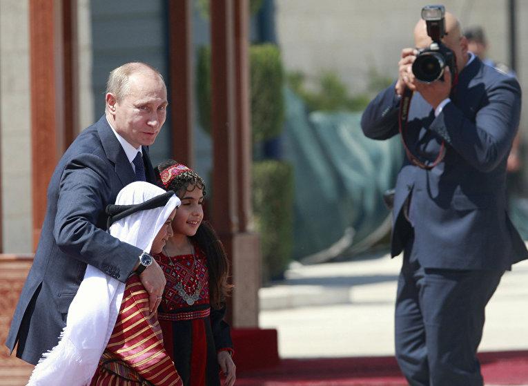 Владимир Путин с палестинскими детьми перед встречей с Махмудом Аббасом в Вифлееме