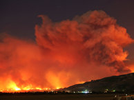 """Дым от пожара """"Томас"""" в ночном небе близ Сан-Паулу, Калифорния, США. 4 декабря 2017"""