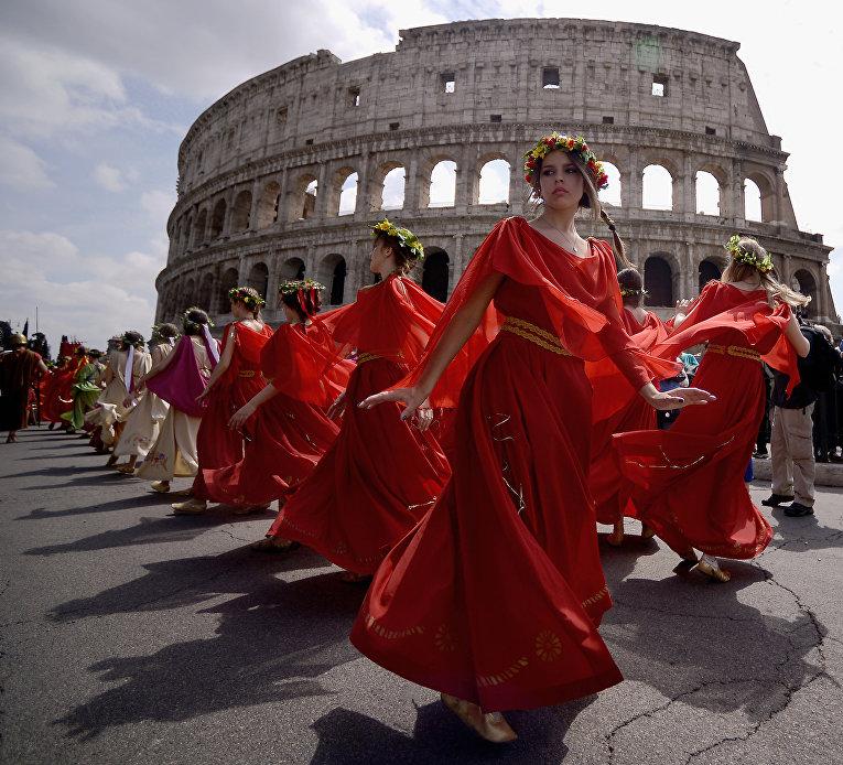 Женщины в исторических костюмах возле Колизея, Рим