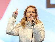 Телеведущая Ксения Собчак на митинге оппозиции, декабрь 2011