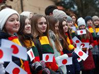 Дети встречают премьер-министра Японии Синдзо Абэ в Каунасе, Литва
