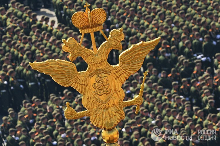 Двуглавый орел на во время военного парада в ознаменование 70-летия Победы в Великой Отечественной войне