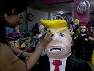 Художник Алисия Лопес Фернандес в семейном магазине в Мехико, Мексика