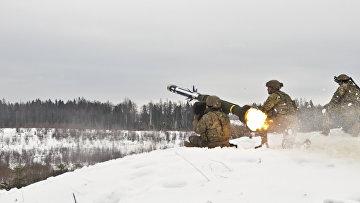 Американские военные производят выстрел из противотанкового ракетного комплекса (ПТРК) Javelin во время учений в Эстонии