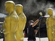 Подготовка статуй для премии Оскар в Лос-Анджелесе