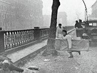 Медсестра с носилками подбегает к раненому. Блокада Ленинграда