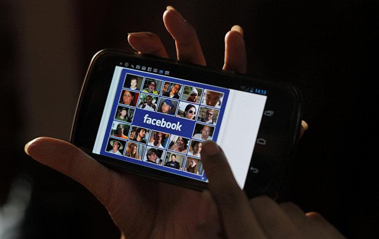 Facebook на экране мобильного телефона