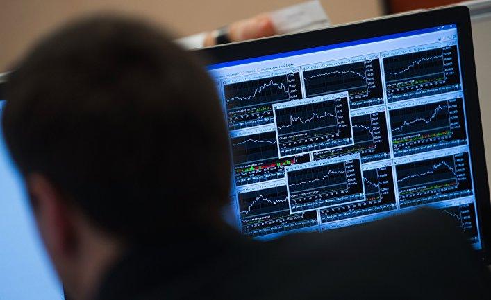 Сотрудник в офисе московской биржи ММВБ-РТС