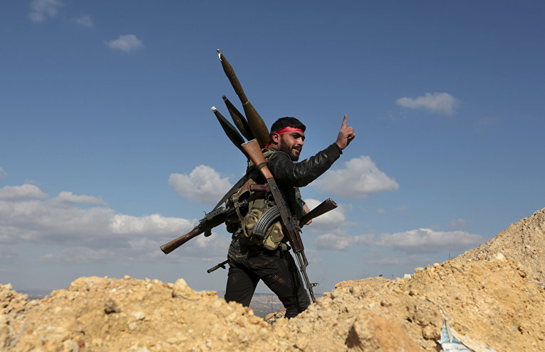 Про-турецкий боевик на холме Бурсая к северо-востоку от Африн, Сирия