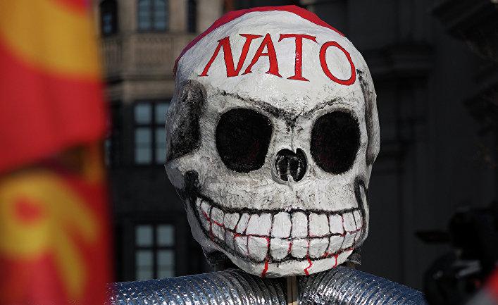 Маска на демонстрации против политики НАТО на площади у городской ратуши в Мюнхене