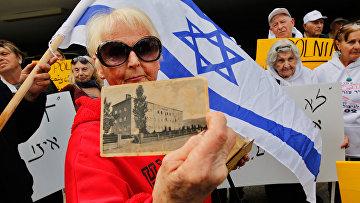 Женщина, пережившая холокост во время акции протеста перед посольством Польши в Тель-Авиве