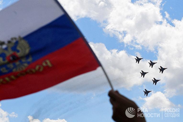 """Многоцелевые истребители МиГ-29 пилотажной группы """"Стрижи"""" выполняют демонстрационный полет на МАКС-2017 в Жуковском. 23 июля 2017"""