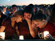 Студенты оплакивают погибших во время стрельбы в Marjory Stoneman Douglas High School