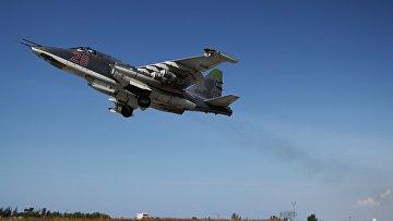 """Российский штурмовик Су-25 взлетает с авиабазы """"Хмеймим""""в Сирии"""
