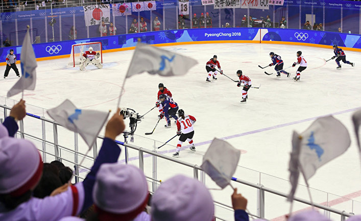 Хоккейный матч между командами Японии и объедененной корейской командой во время XXIII зимних Олимпийских игр в Пхенчхане