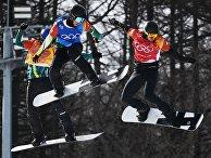 Алекс Пуллин (Австралия), Камерон Болтон (Австралия), российский спортсмен Николай Олюнин в четвертьфинале соревнований по сноуборду среди мужчин в дисциплине сноуборд-кросс на XXIII зимних Олимпийских играх в Пхенчхане