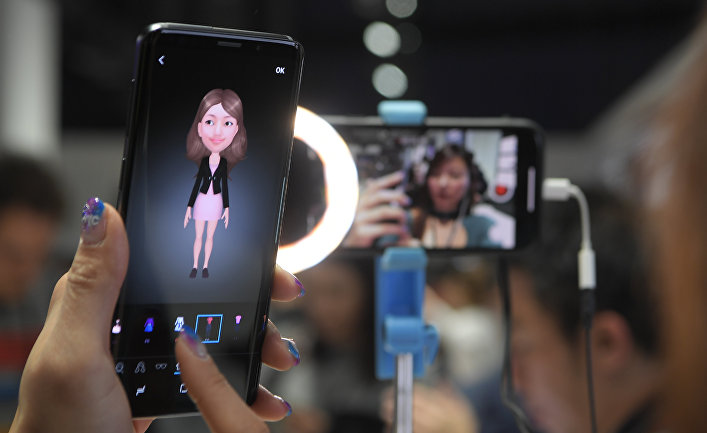 Женщина держит новый смартфон Samsung Galaxy S9 во время мероприятия Samsung Galaxy S9 Unpacked накануне MWC в Барселоне, Испания. 25 февраля 2018 года