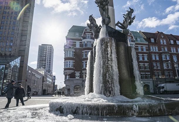 В центре Мальмё накрепко замерзла вода в фонтане, Швеция