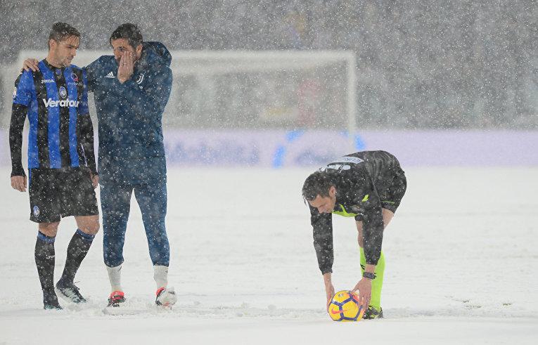 Рафаэл Толой (Rafael Toloi) из «Аталанты» (слева) и Джанлуиджи Буффон (Gianluigi Buffon) из «Ювентуса»