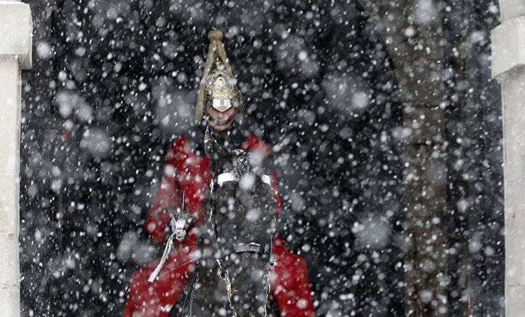 Во время церемонии смены караула под снегопадом в центре Лондона