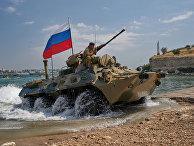 БТР во время генеральной репетиции парада кораблей ко Дню ВМФ в Севастополе
