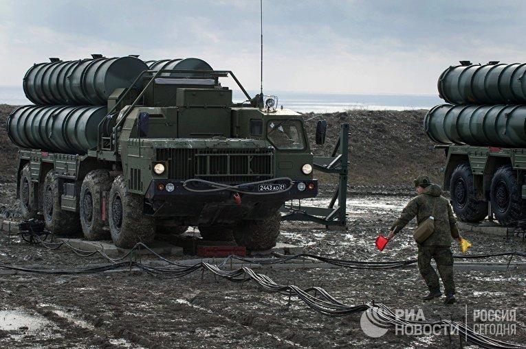 """Пусковая установка зенитно-ракетного комплекса С-400 """"Триумф"""" полка противовоздушной обороны в Феодосии"""