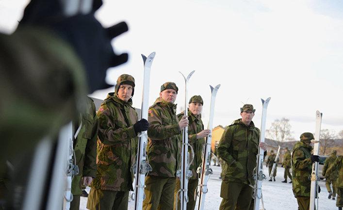 Национальная гвардия Миннесоты в норвежской форме осваивает лыжи в лагере Вэрнес, Норвегия