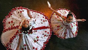 Девушки-трансгендеры Хосефа (13 лет) и Селена (8 лет) в Сантьяго