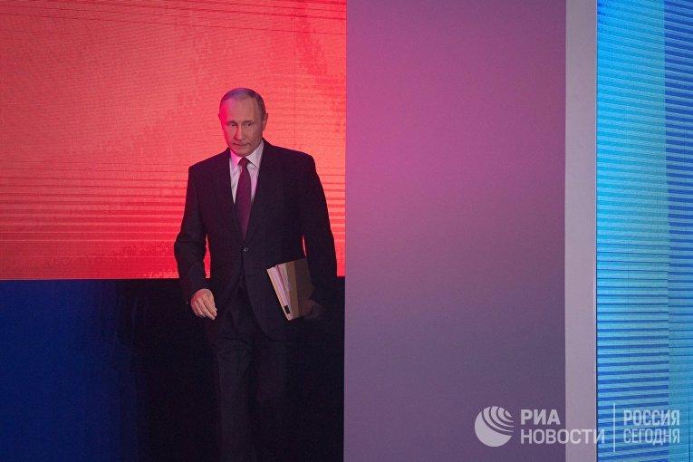 Владимир Путин перед началом выступления с ежегодным посланием Федеральному Собранию