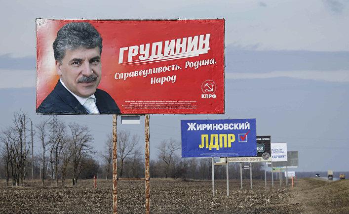 Щиты с агитацией в поддержку кандидатов на пост президента РФ Павла Грудинина и Владимира Жириновского