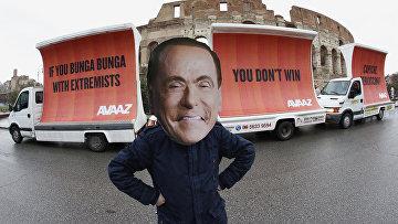 Актер в маске Сильвио Берлускони перед Колизеем в Риме