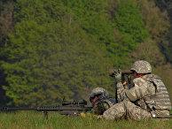 Американские солдаты стреляют из снайперской винтовки