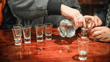 Посетитель разливает водку в пивном баре