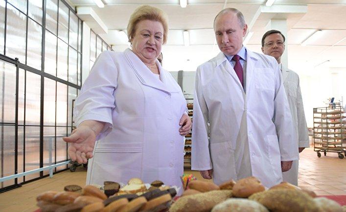 Президент РФ Владимир Путин во время посещения Самарского булочно-кондитерского комбината. 7 марта 2018