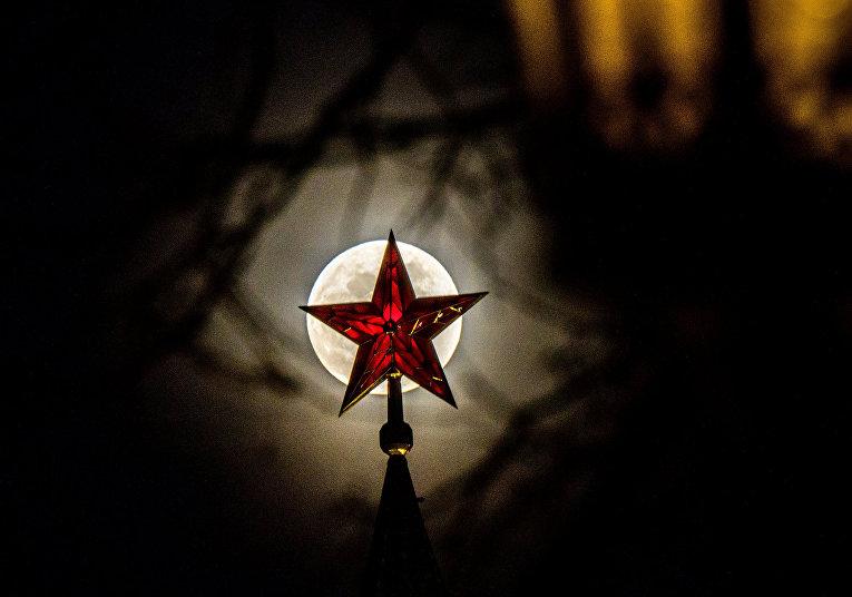 Звезда московского Кремля на фоне полной луны