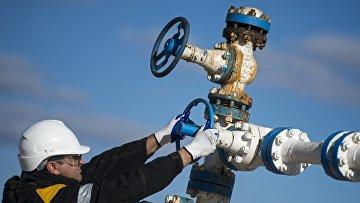 Рабочий на нефтяном месторождении