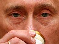 Президент России Владимир Путин пьет арабский кофе