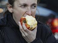 Фермер ест яблоко во время демонстрации перед зданием Министерства экономики в Варшаве