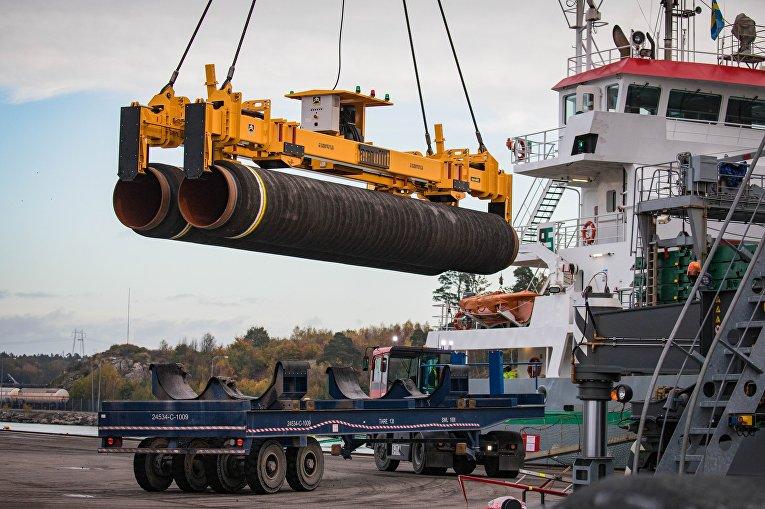 """Погрузка труб для строительства газопровода """"Северный поток - 2"""" в порту Мукран, Германия"""