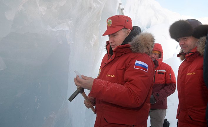 Владимир Путин и Дмитрий Медведев на острове Земля Александры архипелага Земля Франца-Иосифа