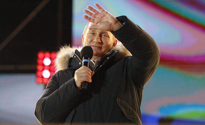 Президент России Владимир Путин во время митинга возле Кремля