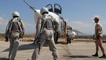"""Российские летчики перед полетом у самолета Су-24 на авиабазе """"Хмеймим"""" в Сирии"""