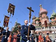 Военнослужащие во время крестного хода на Красной площади в Москве в честь празднования Дня Воздушно-десантных войск