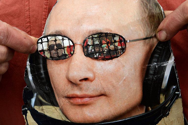 Портрет Владимира Путина во время акции протеста оппозиции в Москве