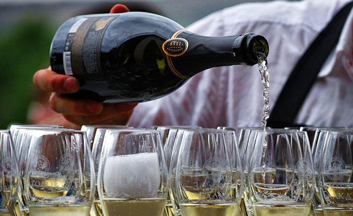 Бокалы с шампанским винодельческой агрофирмы «Золотая Балка»