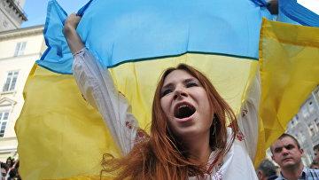 Девушка в вышиванке с флагом Украины